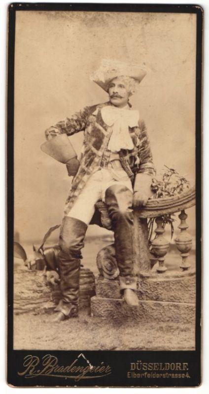 Fotografie R. Bradengeier, Düsseldorf, Schauspieler als Musketier posiert im Bühnenkostüm