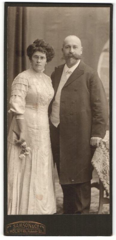 Fotografie Samson & Co., Köln, Paar wohl gekleidet im Foto-Atelier, Dame mit Zwicker