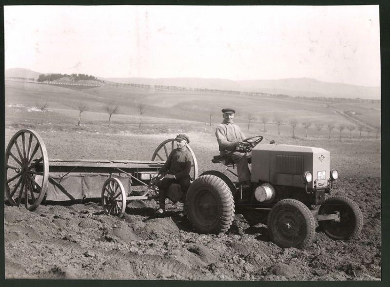 Fotografie Traktor O&K, Diesel-Schlepper mit 3 Gängen, erste Ausführung, Bauer steuert Schlepper