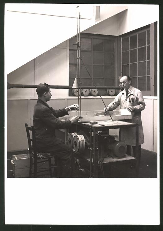 Fotografie Instrumente-Bauer produzieren Klaviersaiten ?