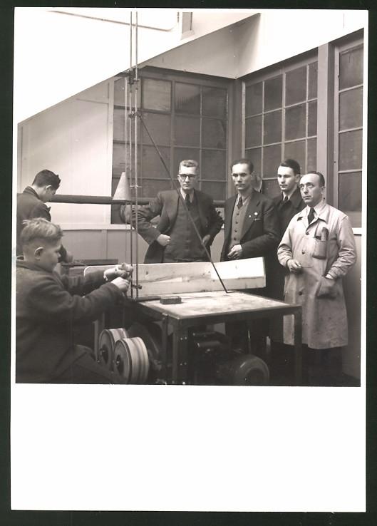 Fotografie Instrumente-Bauer während der Produktion von Klaviersaiten ?