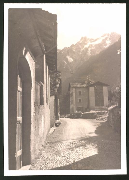 Fotografie Fotograf unbekannt, Ansicht Maloja, Auto auf der Passstrasse am Ortsrand