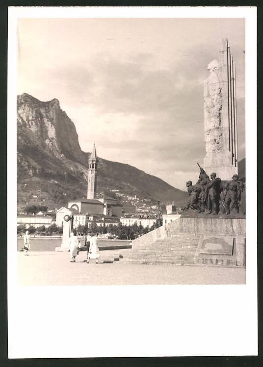 Fotografie Fotograf unbekannt, Ansicht Lecco, Partie am Kriegerdenkmal