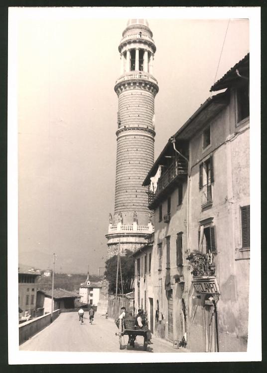 Fotografie Fotograf unbekannt, Ansicht Palazzolo sull'Oglio, Partie am Turm ds Volkes