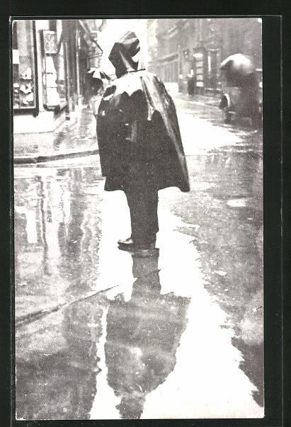 Vertreterkarte Paris, Panflavine Grippemittel von Beyer, Person im Regenmantel auf einer Strasse stehend