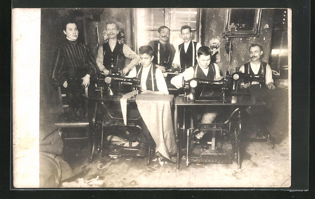 AK Männer an der Singer-Nähmaschine