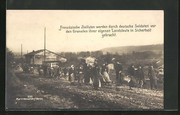 AK Französische Zivilisten werden durch deutsche Soldaten vor den Granaten in Sicherheit gebracht