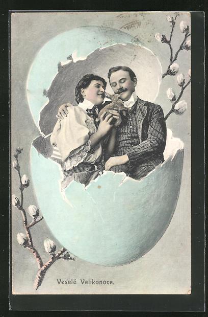 AK Ostern, Junges Paar mit Hasen in einem Ei sitzend