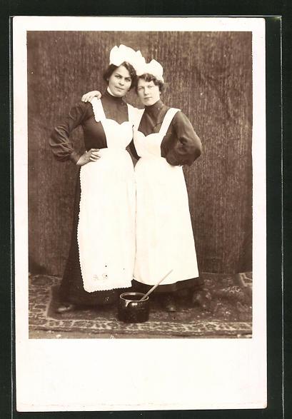 Foto-AK zwei Dienstmädchen in Arbeitskleidung