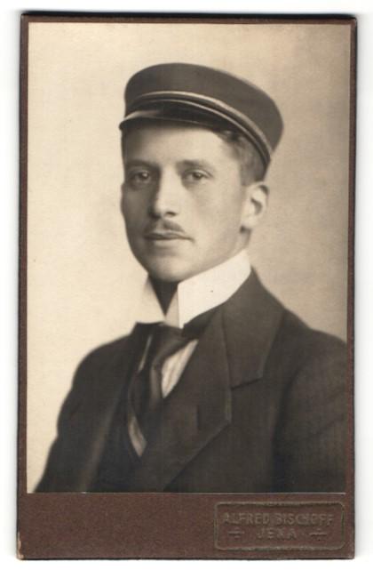 Fotografie Alfred Bischof, Jena, Portrait Student mit Corpsmütze