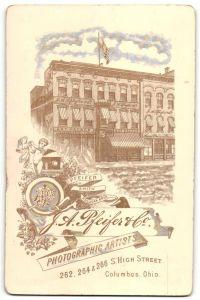 Fotografie J. A. Pfeifer & Co., Columbus, OH, rückseitige Ansicht Columbus, Atelier 262, 264 & 266 S. High Street