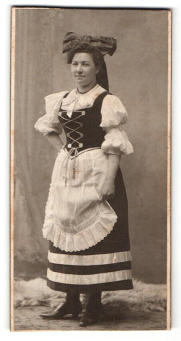 Fotografie Samson & Co., Düsseldorf, Portrait junge Frau in Tracht