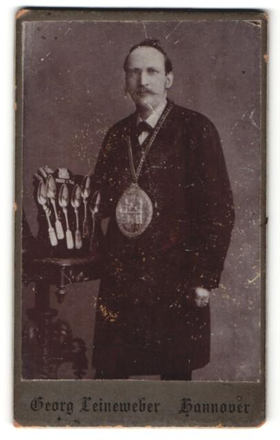 Fotografie Georg Leineweber, Hannover, Portrait Silberschmied mit Löffeln