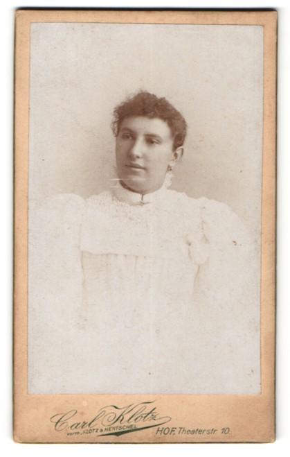 Fotografie Carl Klotz, Hof, Portrait dunkelhaariges Fräulein in prachtvoller weisser Bluse
