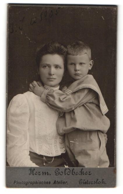 Fotografie Herm. Goldbecker, Gütersloh, Portrait Mutter mit Sohn im Matrosenanzug