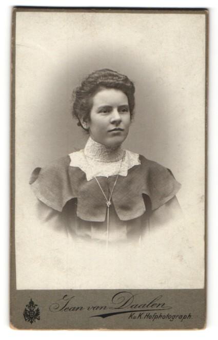 Fotografie Jean van Daalen, Gmünd, Portrait brünette Schönheit mit weissem Spitzenkragen und eleganter Halskette
