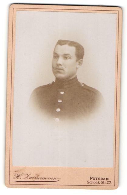 Fotografie H. Zwirnemann, Potsdam, Portrait junger dunkelhaariger Soldat in interessanter Uniform