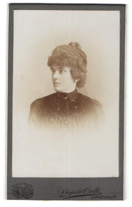 Fotografie Leopold Orelli, Landshut, Portrait hübsches Fräulein mit Dutt in eleganter dunkler Bluse