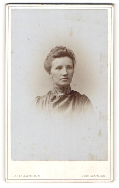 Fotografie J. H. Slaterus, Leeuwarden, Portrait hübsche junge Frau mit Dutt und gestreiftem Kragen
