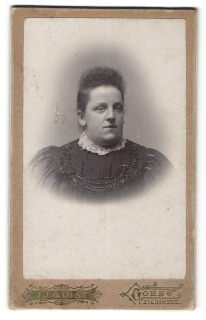 Fotografie J. J. Quist, Goes, Portrait dunkelhaarige junge Frau in eleganter Bluse mit Stickerei verziert