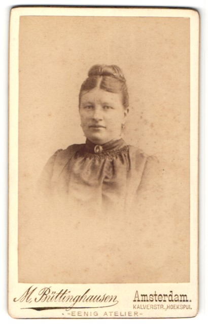Fotografie M. Büttinghausen, Amsterdam, Portrait charmant lächelnde junge Dame mit hochgestecktem Haar