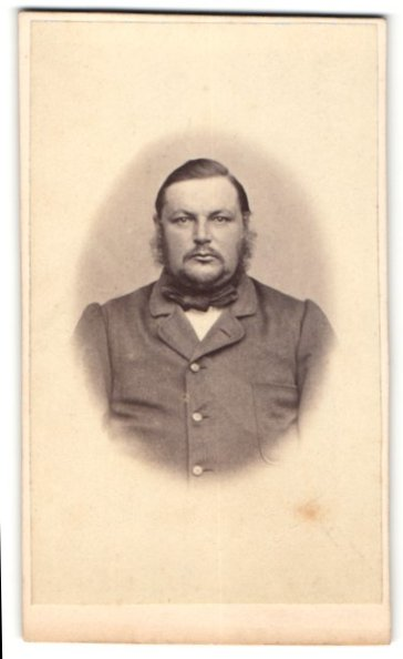 Fotografie unbekannter Fotograf und Ort, Portrait Mann in zeitgenöss. Garderobe