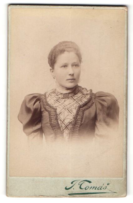 Fotografie J. Tomás, Prag, Portrait Fräulein mit zurückgebundenem Haar