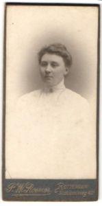Fotografie P. W. Roemer, Rotterdam, Portrait junge Frau mit zusammengebundenem Haar
