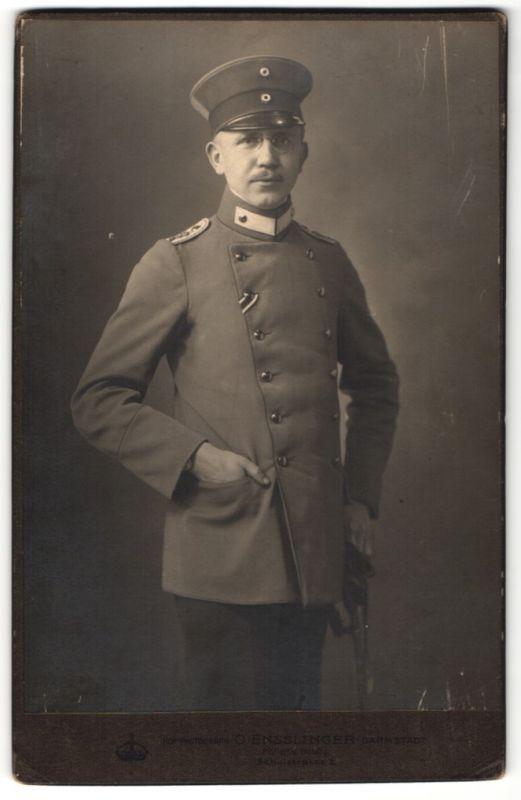 Fotografie O. Ensslinger, Darmstadt, Portrait Leutnant in Uniform