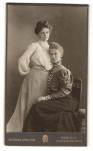 Fotografie Globus Atelier, Berlin-W, Portrait zwei bürgerliche junge Damen