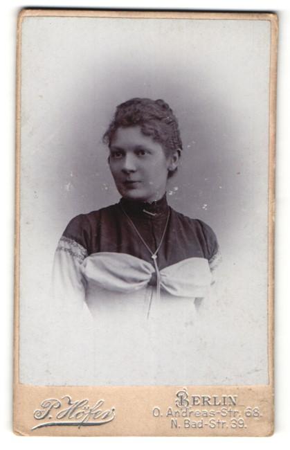 Fotografie P. Höfer, Berlin, Portrait junge Dame mit zusammengebundenem Haar