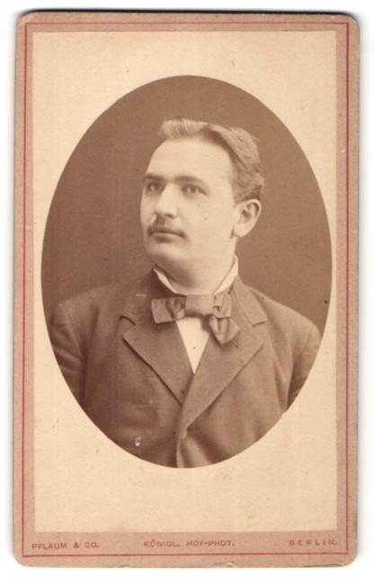 Fotografie Pflaum & Co., Berlin, Portrait junger Herr mit zeitgenöss. Frisur