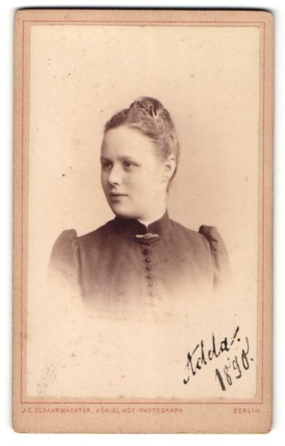 Fotografie J. C. Schaarwächter, Berlin, Portrait junge Frau mit zusammengebundenem Haar