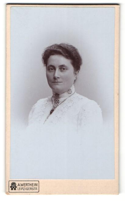 Fotografie A. Wertheim, Berlin, Portrait bürgerliche Dame