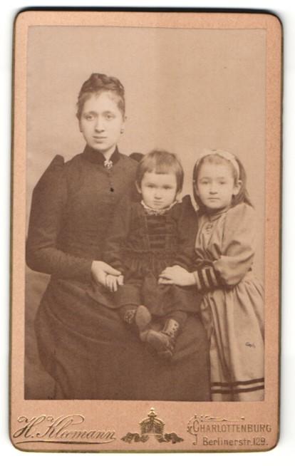 Fotografie H. Kleemann, Berlin-Charlottenburg, Portrait junge Frau mit Kindern