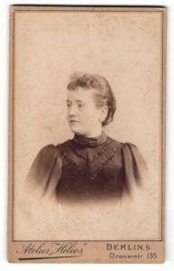 Fotografie Atelier Helios, Berlin-S, Portrait Frau mit zusammengebundenem Haar