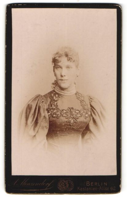 Fotografie A. Menzendorf, Berlin, Portrait junge Dame mit zusammengebundenem Haar