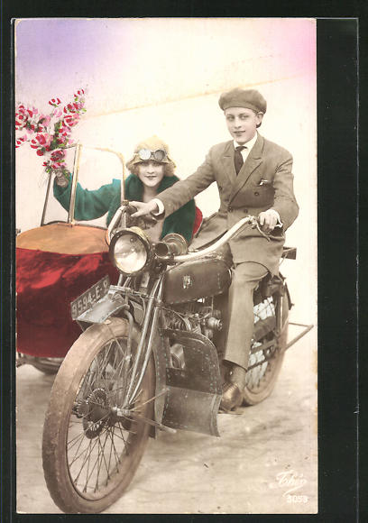 AK Junges Paar im Motorrad mit Beiwagen