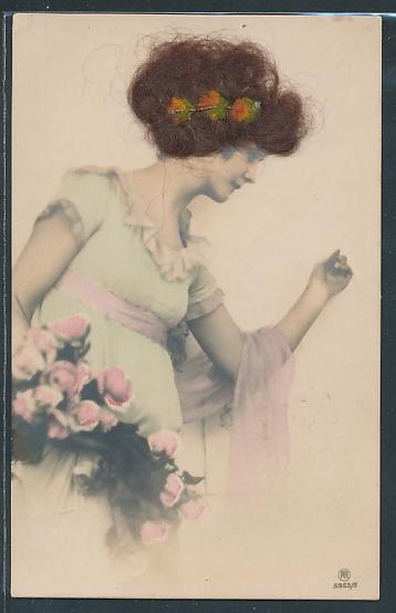Echt-Haar-AK Junge Schöne Frau mit Rosenstrauss und Blumen im echten Haar