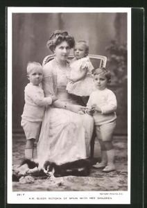 AK Königin Victoria von Spanien mit ihren Kindern
