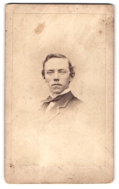 Fotografie W. Godson, Liverpool, Portrait junger Herr mit zeitgenöss. Frisur