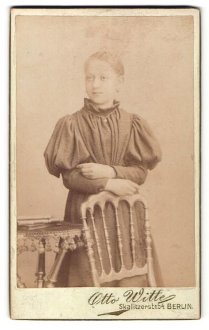 Fotografie Otto Witte, Berlin, Portrait Mädchen in festlichem Kleid