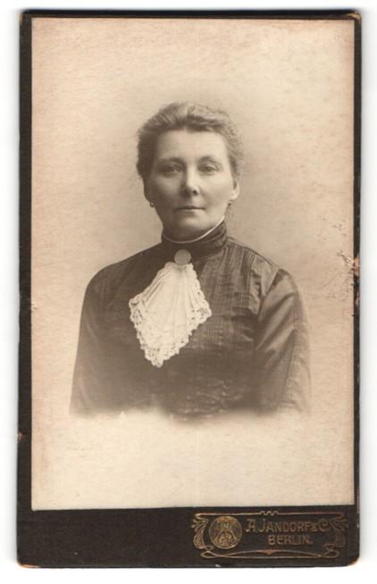 Fotografie A. Jandorf & Co, Berlin, Portrait charmant blickende Dame mit Ohrringen und Spitzentuch