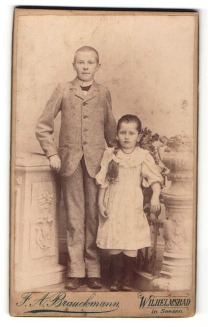Fotografie F. A. Brauckmann, Wilhelmsbad, niedliches Mädchen mit langem Zopf & frecher Bube mit kurzem Haar