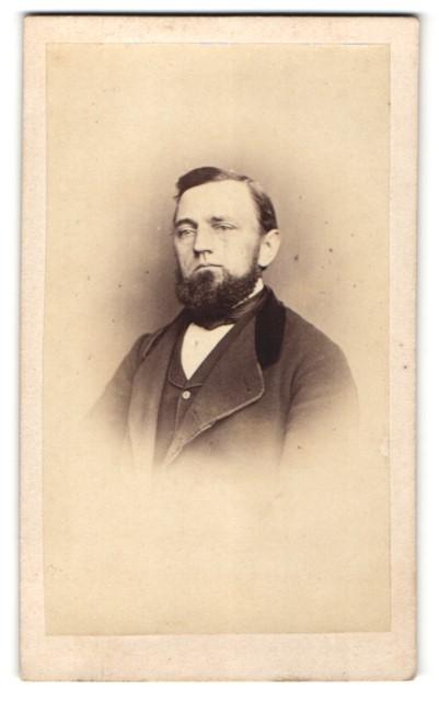 Fotografie Fotograf & Ort unbekannt, Portrait charmanter dunkelhaariger Herr mit Schifferkrause