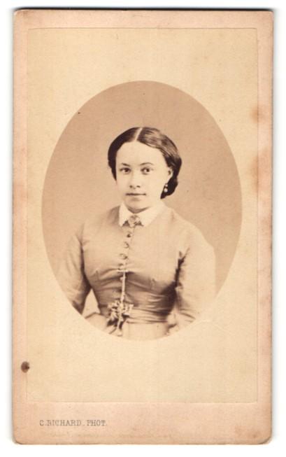 Fotografie C. Richard, Geneve, freundlich lächelnde junge Frau mit Ohrringen und Brosche