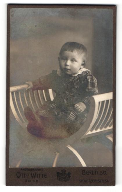 Fotografie Otto Witte, Berlin, niedliches Kleinkind im karierten Kleid