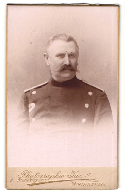 Fotografie Atelier Juc, Magdeburg, Portrait Offizier in Uniform