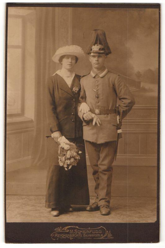 Fotografie M. Scheinfuss, Reichenbach i. V., Soldat in Feldgrau mit Pickelhaube und Paradebusch kurz nach der Hochzeit