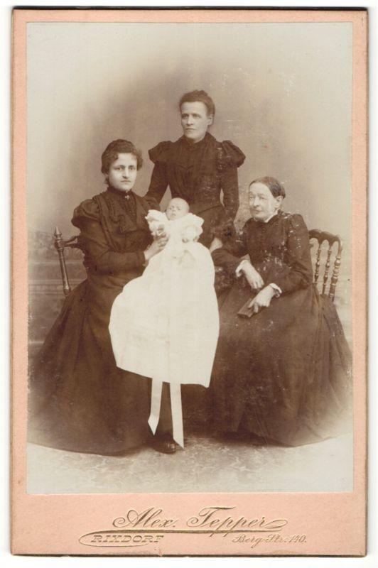 Fotografie Alex. Tepper, Rixdorf, drei Frauen in schwarzen Kleidern mit Baby in der Mitte